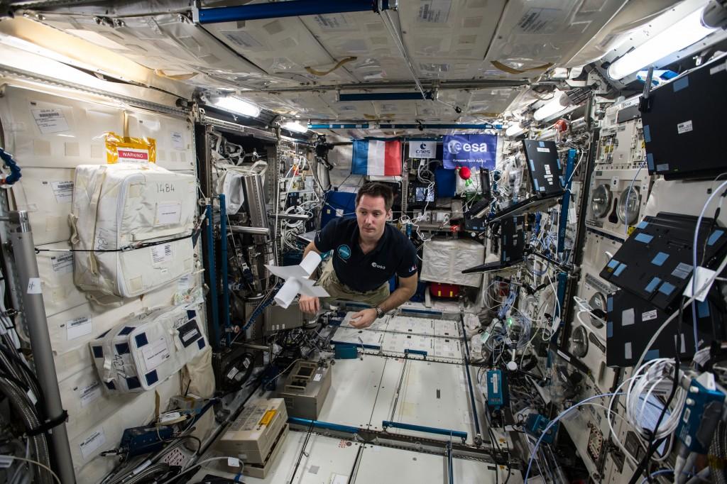 """Thomas Pesquet assemblant le mot """"Moi"""" dans l'ISS."""