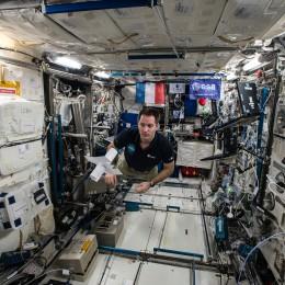 """Thomas Pesquet assemblant le mot """"Moi"""" dans l'ISS. (c) CNES/OdE"""