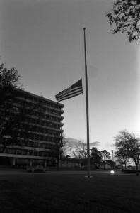 Drapeau en berne devant le Johnson Space Center le 31 janvier 1986, en mémoire des 7 membres d'équipage ayant perdu la vie dans l'accident du 28 janvier.