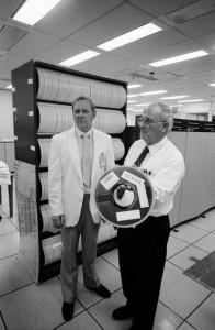 Stan Williams (Lockheed) et Luther D. Palmer (NASA) posent avec des bandes enregistrées par le Modular Auxiliary Data System (MADS) utilisées pour l'analyse des données de la mission STS-51-L. © NASA