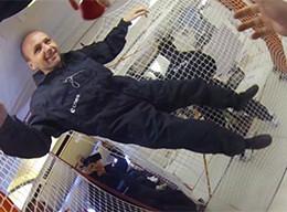 L'écrivain Pierre Senges lors de son vol en impesanteur à bord de l'airbus Zéro G le 10 octobre 2013